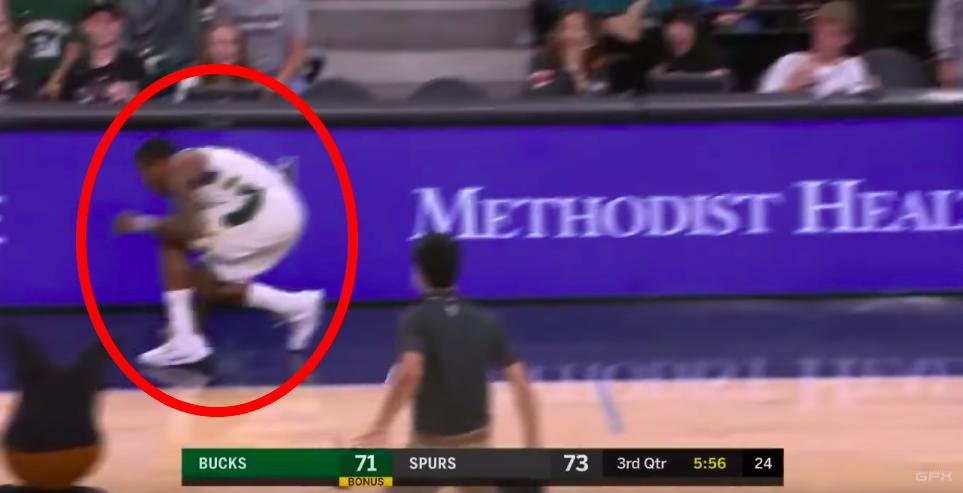 La mascotte des Spurs chassent la chauve-souris