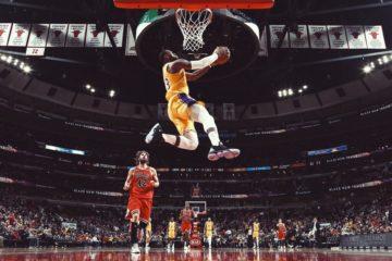 LeBron James dunke face à Chicago