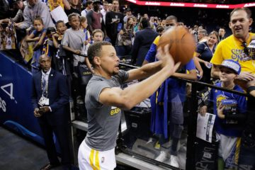 Steph Curry des Warriors shoote du tunnel