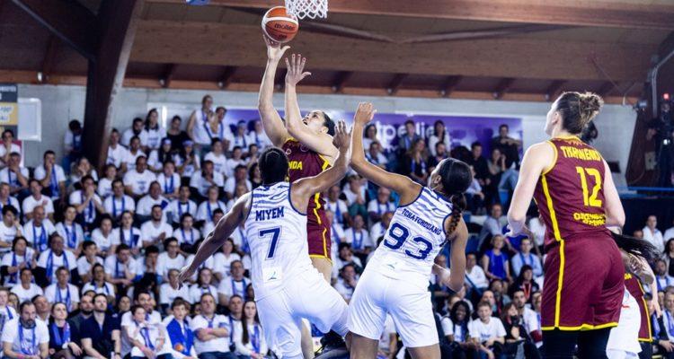 Kseniia Tikhonenko monte au layup face à Diandra Tchatchouang et Endy Miyem, en finale d'EuroCup