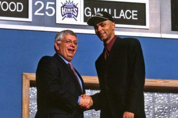 Tony Parker et David Stern lors de la draft 2001