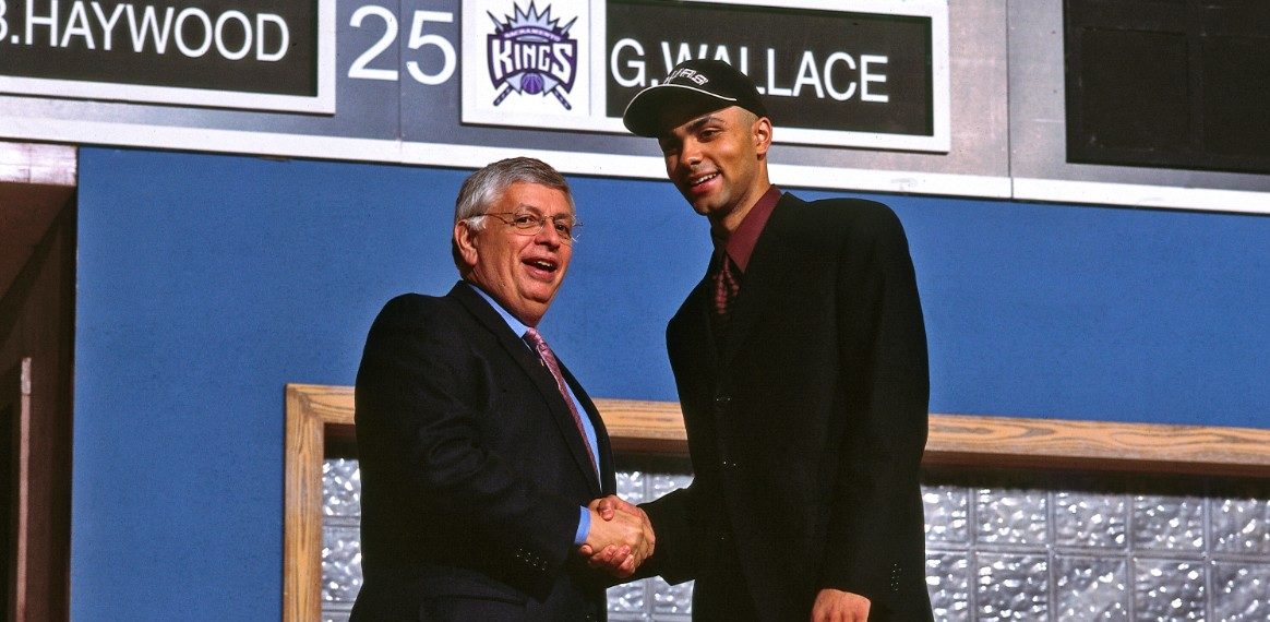 Tony Parker et David Stern lors de la draft 2001