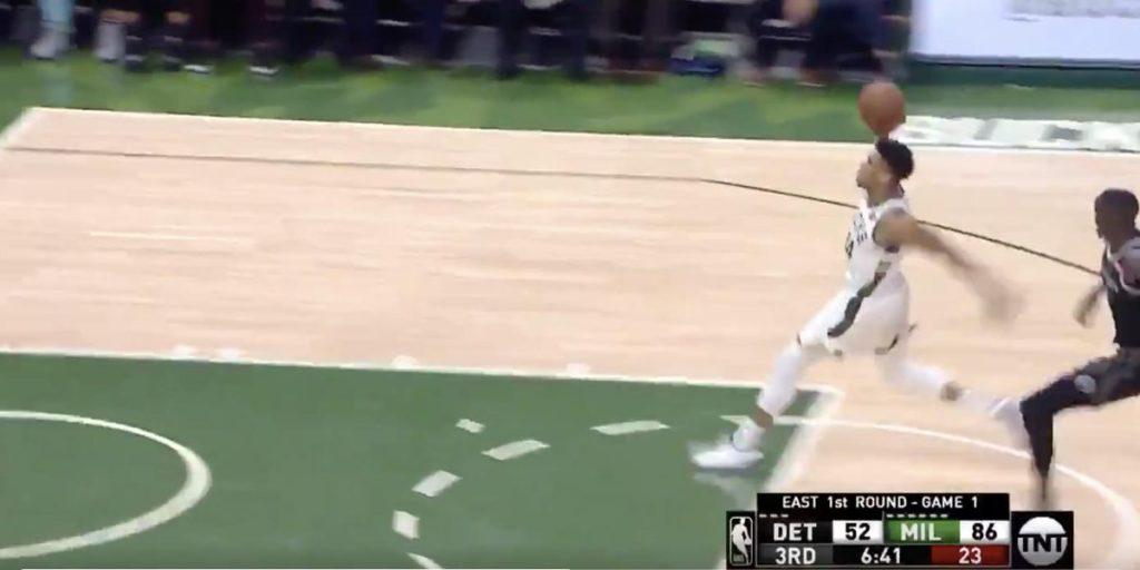 Giannis décolle depuis la ligne des lancers !