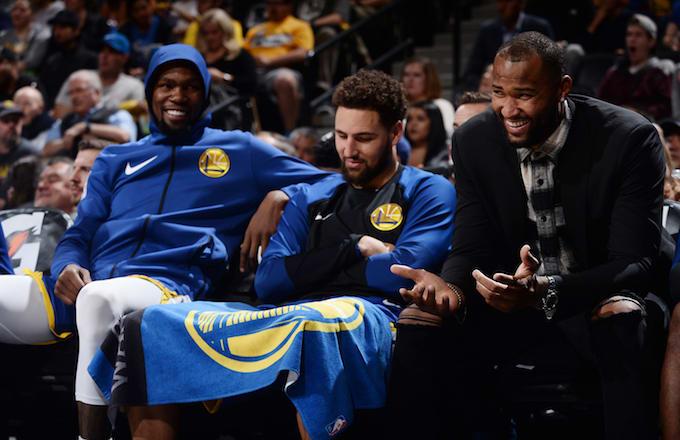 Kevin Durant, Klay Thompson et DeMarcus Cousins sur le banc des Warriors