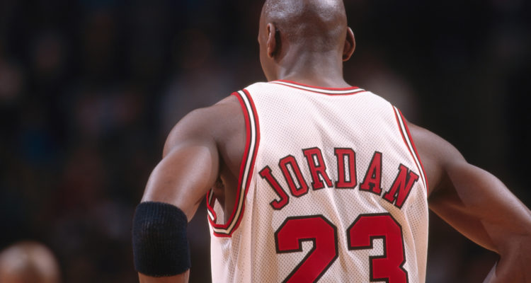 Michael Jordan de dos sous le maillot des Bulls