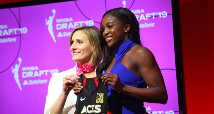 Jackie Young (Notre Dame) sur le podium de la WNBA Draft 2019, après avoir été sélectionnée par les Las Vegas Aces en première position.