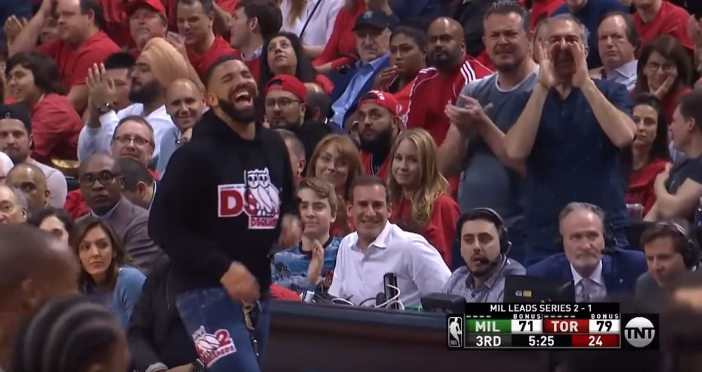 Drake se moque de Giannis Antetokounmpo au bord du terrain