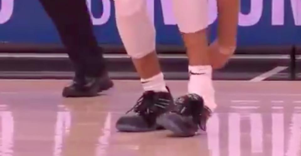 Jamal Murray perd sa chaussure lors d'un match de playoffs