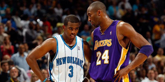 Kobe Bryant aux Lakers discute avec Chris Paul sous le maillot des Hornets