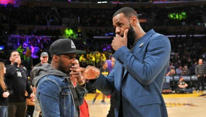 Rich Paul et LeBron James discutent au bord du terrain