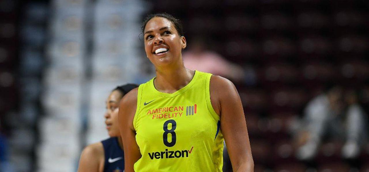Liz Cambage, tout sourire, sous le maillot de la franchise WNBA des Dallas Wings