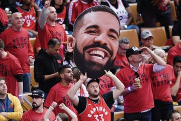 Drake a fait polémique lors de la parade des Raptors en faisant voler son avion à vide au-dessus de Toronto