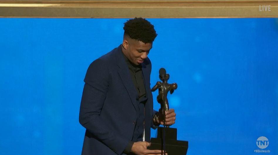 Giannis Antetokounmpo reçoit son titre de MVP sur scène