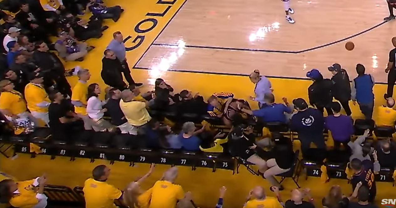 Kyle Lowry poussé par un fan