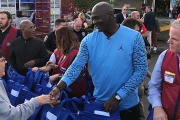 Michael Jordan pendant une distribution de repas de Thanksgiving près de Wilmington