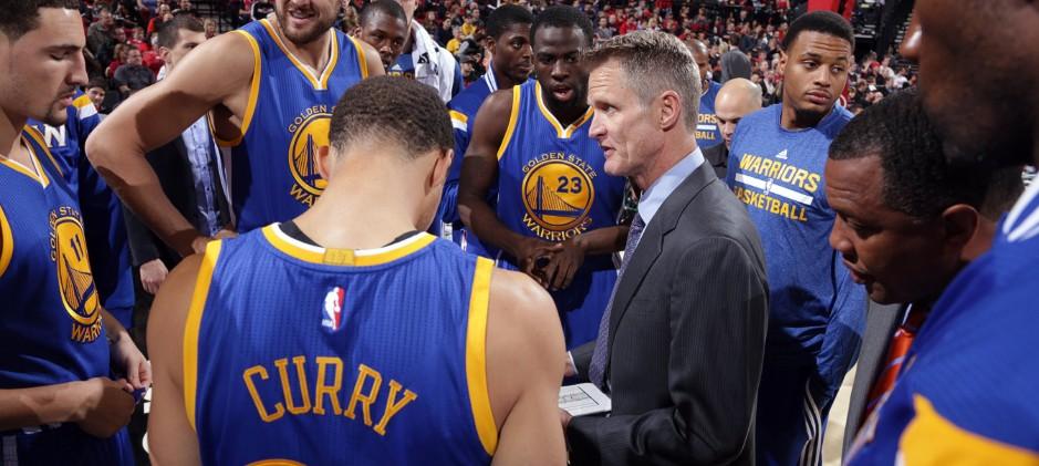 Steve Kerr et son équipe des Warriors lors d'un temps-mort