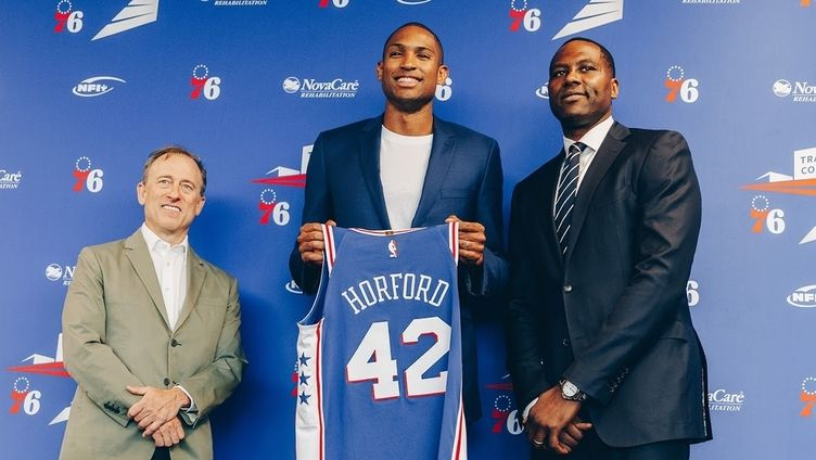 Al Horford lors de sa conférence de presse avec les 76ers