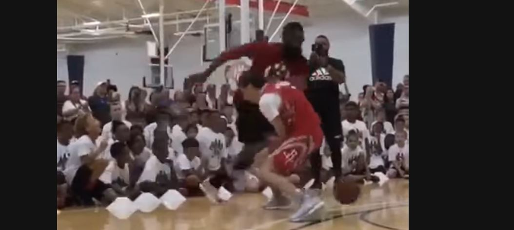James Harden ridiculise un jeune de son camp