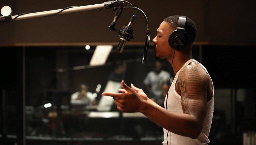 damian lillard au studio en plein enregistrement d'un morceau