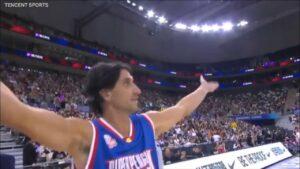 NBA – Manu Ginobili se pointe à un match en Chine avec… une perruque