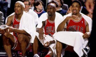dennis rodman, michael jordan et scottie pippen sur le banc durant un match des bulls