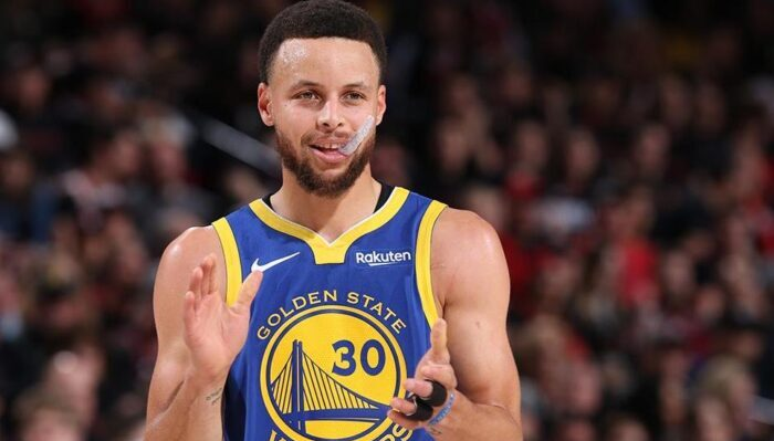 stephen curry tape des mains suite à une action