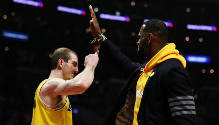 Alex Caruso et Lebron James se congratulent au Staples Center