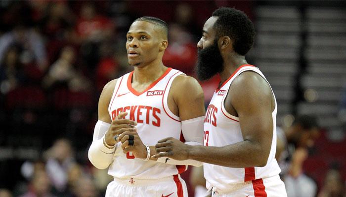 Russell Westbrook et James Harden discutent sous le maillot des Rockets