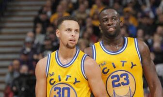 Stephen Curry et Draymond Green réagissent au match raté des Warriors
