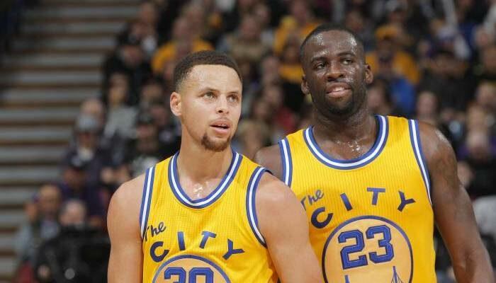 Stephen Curry et Draymond Green réagissent au match raté des Warriors