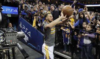 Stephen Curry tire depuis le tunnel de l'oracle arena