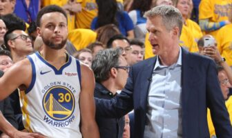 Steve Kerr et Stephen Curry durant le match des Warriors