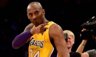 Kobe Bryant pointe du doigt un coéquipier