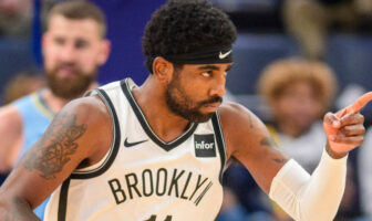 Kyrie Irving propose son aide à un rookie