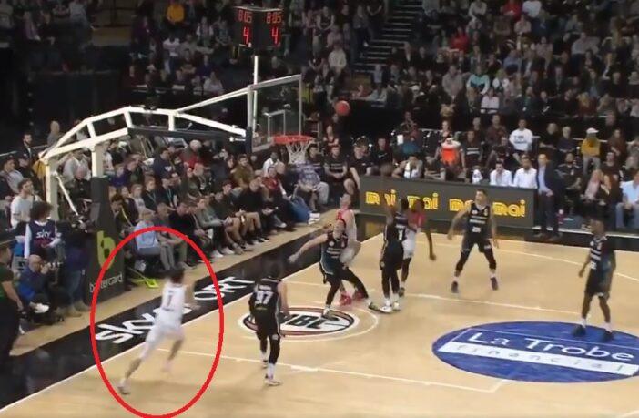 LaMelo Ball pose un dunk claquette