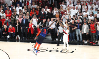 Damian Lillard tire par dessus Paul George pendant un match de playoffs