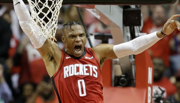 Russell Westbrook plante un triple-double et dépasse Magic Johnson