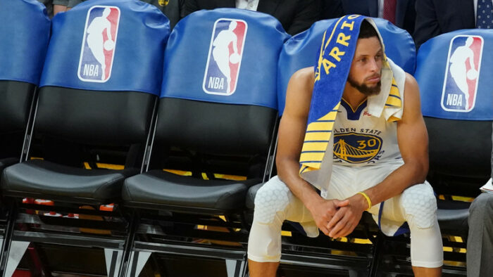Stephen Curry pensif sur le banc des Warriors