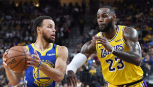 Stephen Curry et Lebron James lors d'un match entre les Golden State Warriors et les Los Angeles Lakers