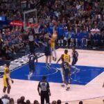 NBA – Alex Caruso postérise Maxi Kleber dans la raquette !