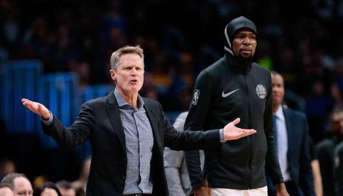 Steve Kerr et Kevin Durant réagissent à une action