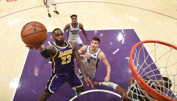 LeBron James tente un lay-up face aux Kings