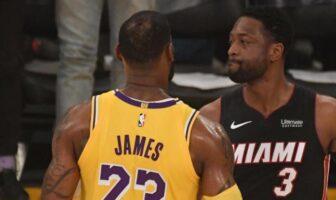 LeBron James et Dwyane Wade se félicitent après un match