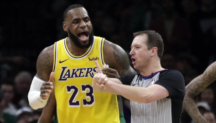 LeBron James en désaccord avec un arbitre