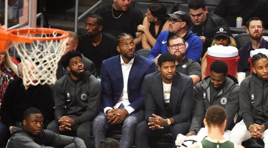 Kawhi Leonard et Paul George en costumes sur le banc des Clippers