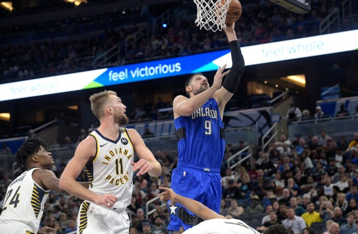 Nikola Vucevic du Magic marque devant Domantas Sabonis des Pacers