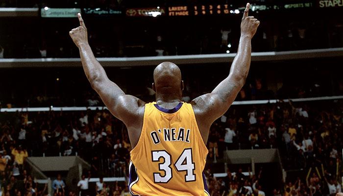 Shaquille O'Neal pointe le ciel sous le maillot des Los Angeles Lakers