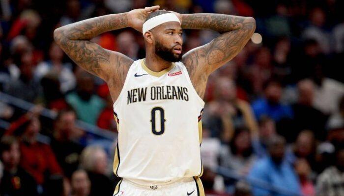 Demarcus les mains derrière la tête sous le maillot des New Orleans Pelicans
