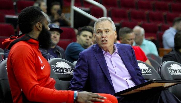 échange entre James Harden et Mike D'Antoni sur le banc des Rockets