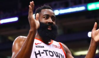 James Harden applaudit
